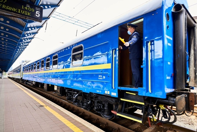 Поезд «Черновцы-Киев» изменил маршрут из-за обвала грунта